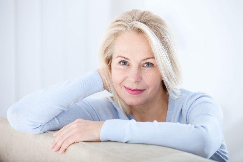 Kobieta zmagająca się z menopauzą