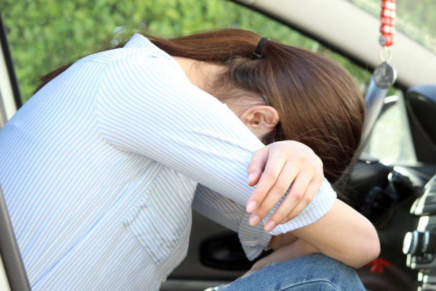 kobieta mająca migrenę oczną