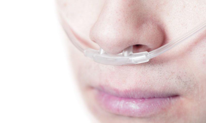 kobieta z niewydolnością oddechową, oddycha przez rurkę