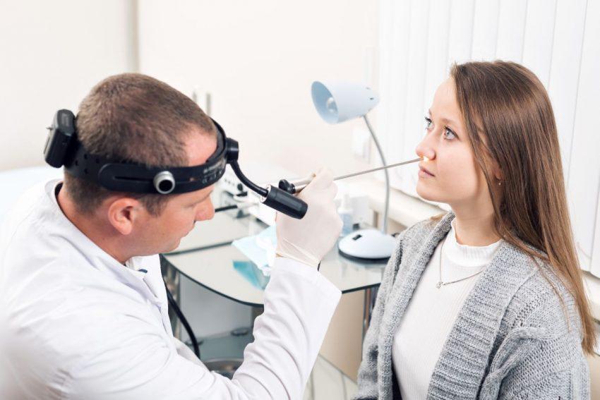 otolaryngolog - lekarz bada nos kobiety