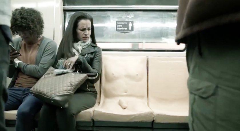 kobieta siedzi w metrze obok siedzenia w kształcie mężczyzny z widocznym penisem