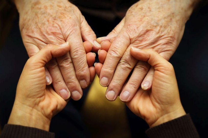 plamy wątrobowe - dłonie kobiet starszej i młodszej