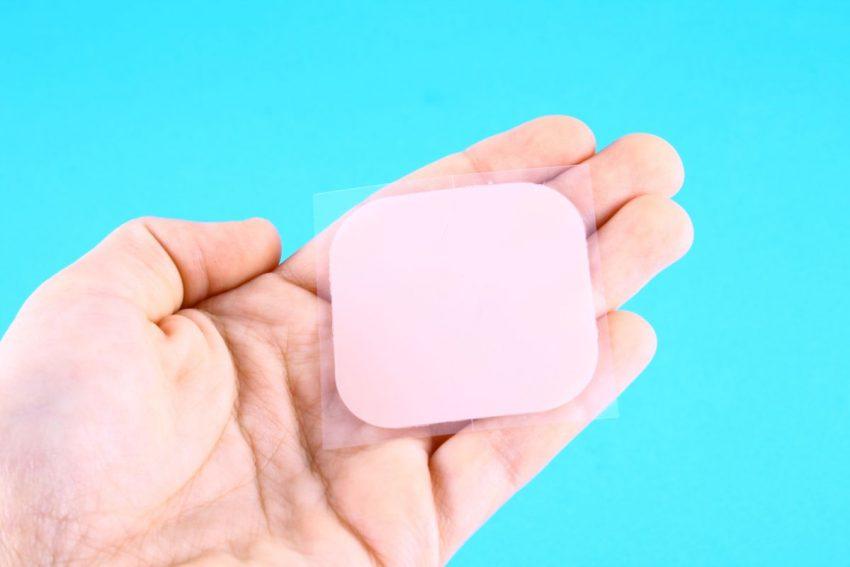 na dłoni leży plaster antykoncepcyjny