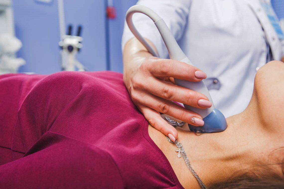 lekarka przeprowadza badanie tarczycy