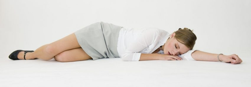 Kobieta leżąca w pozycji bocznej ustalonej