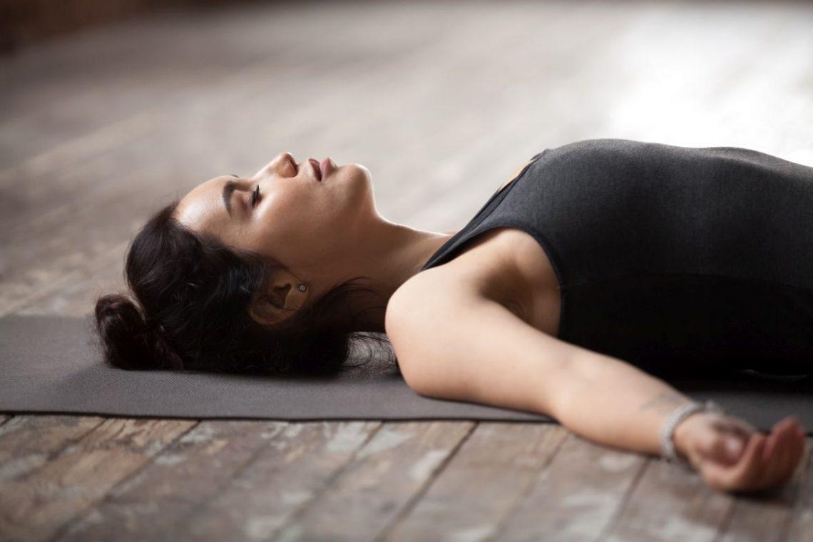 Młoda kobieta leżąca w pozycji przeciwwstrząsowej