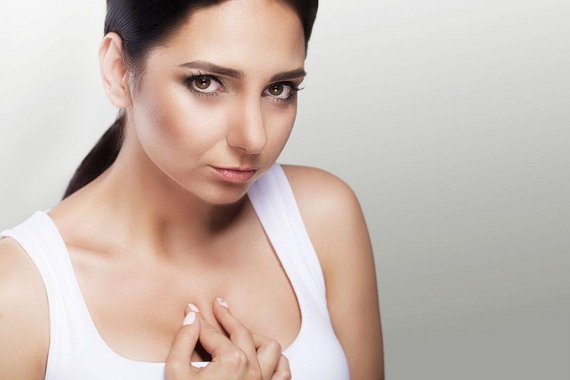 przepuklina rozworu przełykowego - kobieta trzyma się za przełyk