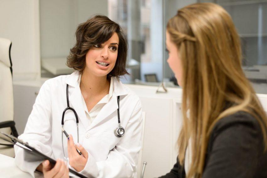punkcja - lekarz rozmawia z pacjentem