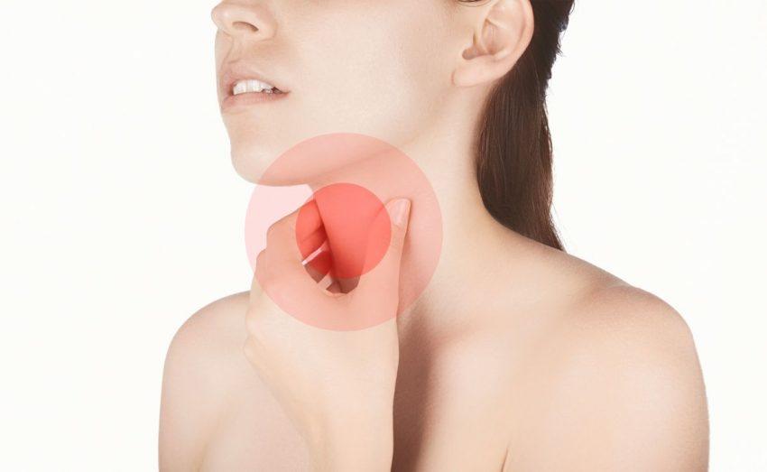 rak gardła - kobieta trzyma się za bolące gardło