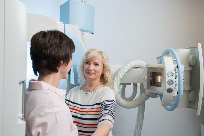 Kobieta przygotowująca się do wykonania zdjęcia rentgenowskiego zatok
