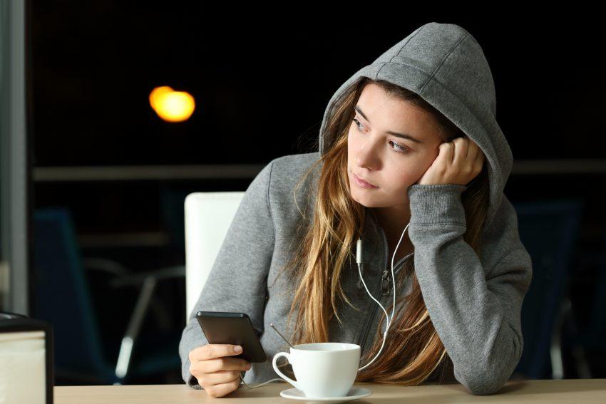 samotna dziewczyna opiera ramię o blat stołu
