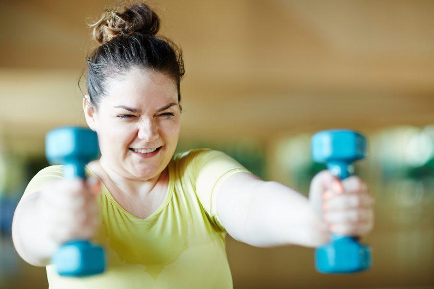 Kobieta na treningu z hantelkami