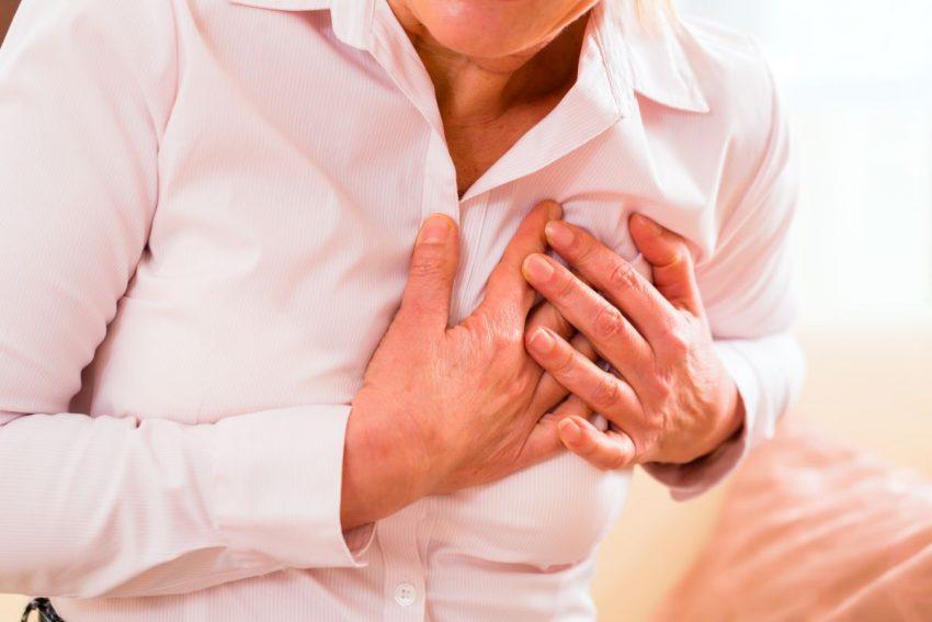 stan przedzawałowy - kobieta trzyma się za bolące serce