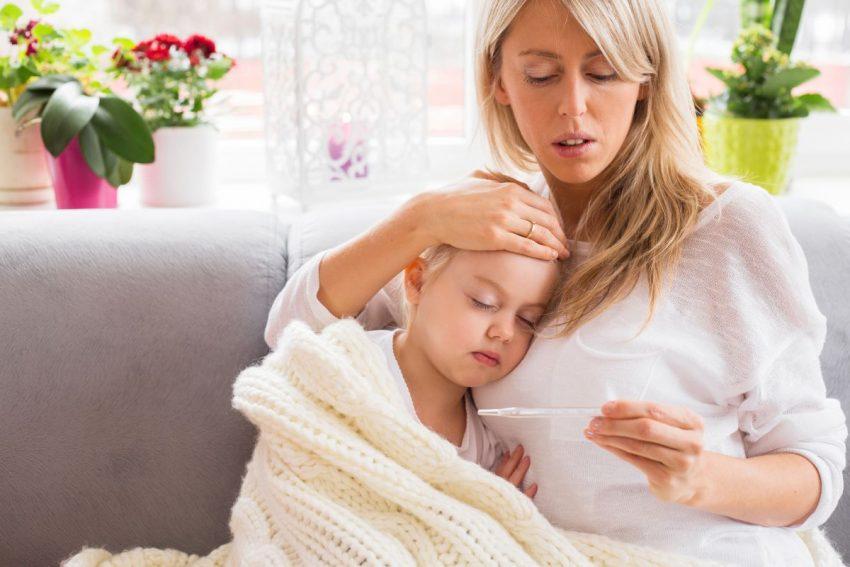 Dziecko chore na szkarlatynę i lecząca je mama