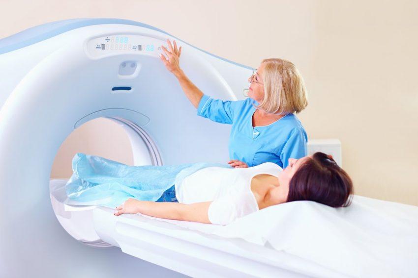 Pacjentka przygotowująca się do tomografii komputerowej