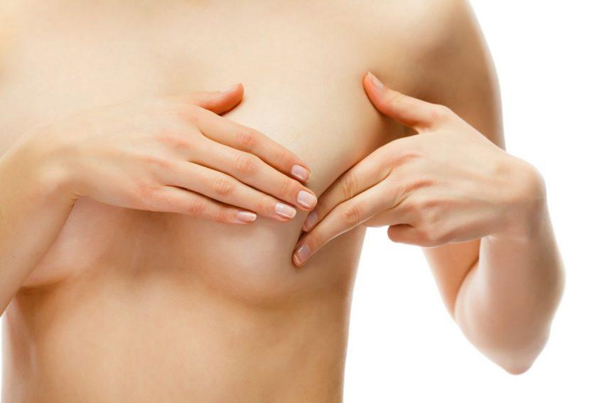 naga kobieta bada sobie piersi