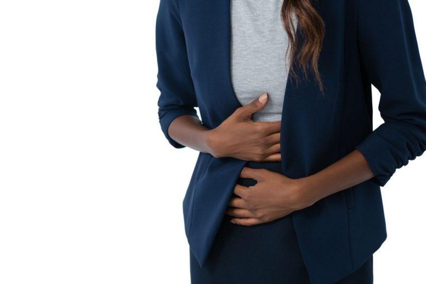 ból trzustki - kobieta trzymająca się za brzuch