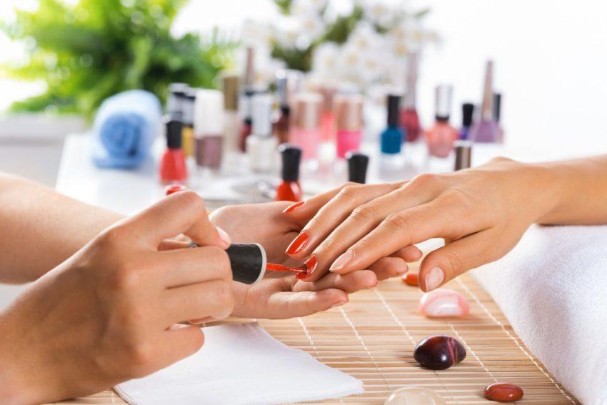 uczulenie na hybrydę - kobieta maluje paznokcie