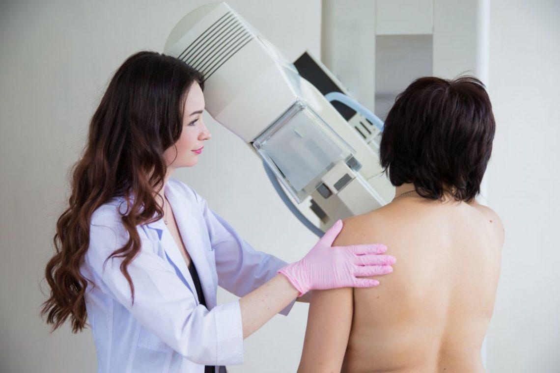 lekarz wykonuje usg piersi pacjentki