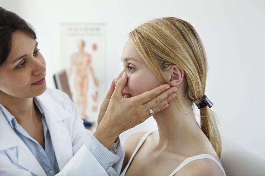 lekarka badająca nos kobiety