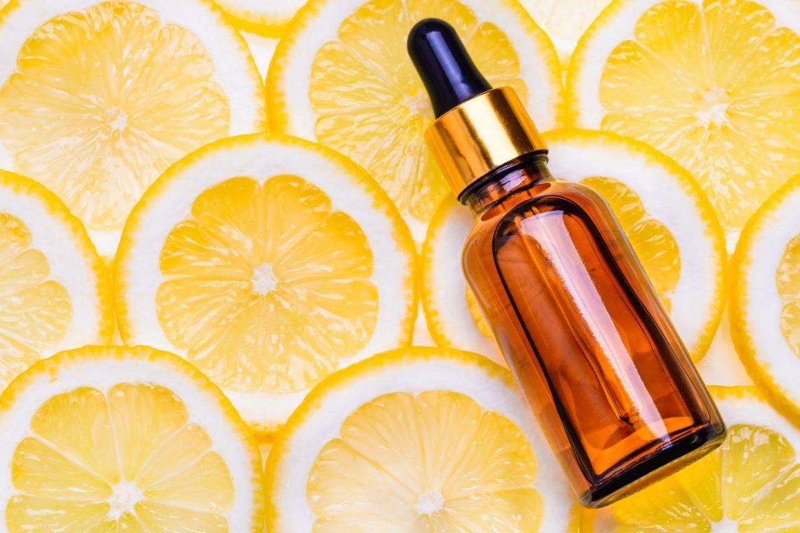 Buteleczka z witaminą C leżąca na plasterkach cytryny