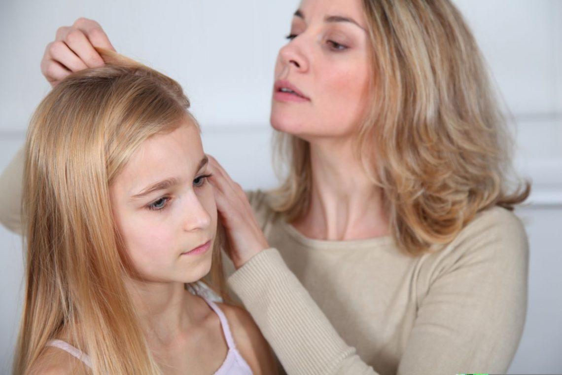 wszawica - kobieta przegląda włosy młodej dziewczynie