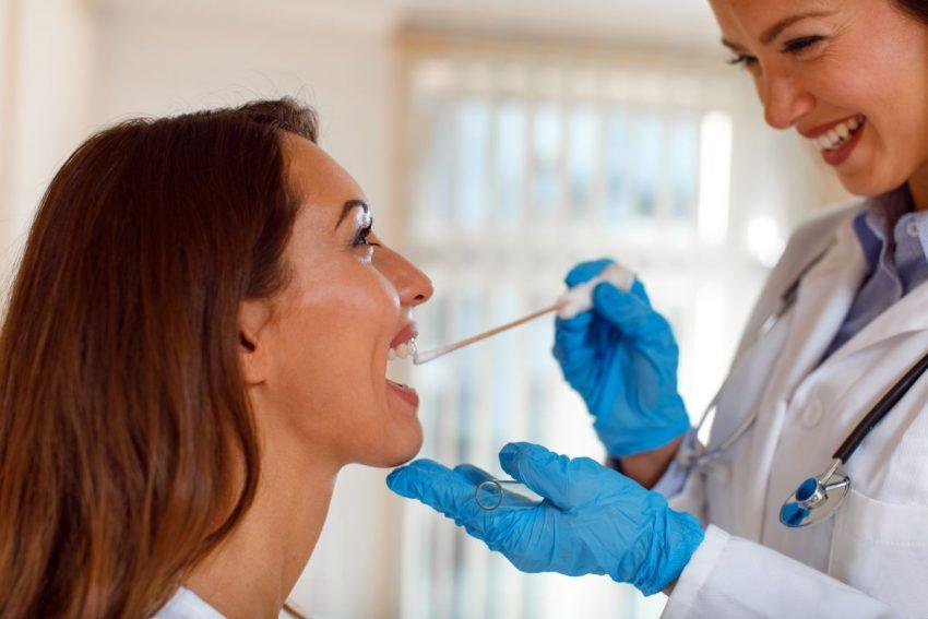 wymaz z gardła - lekarz pobiera próbkę z gardła