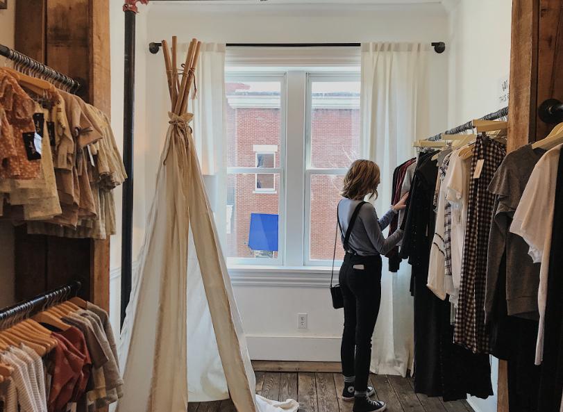 Kobieta wybierające ubrania