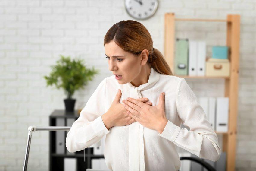 zator płucny - kobieta trzyma się za klatkę piersiową