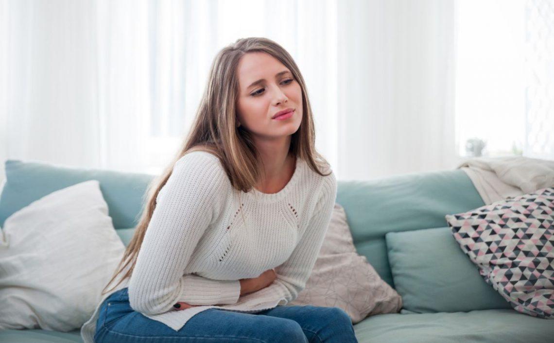 Kobieta cierpiąca na zespół jelita drażliwego
