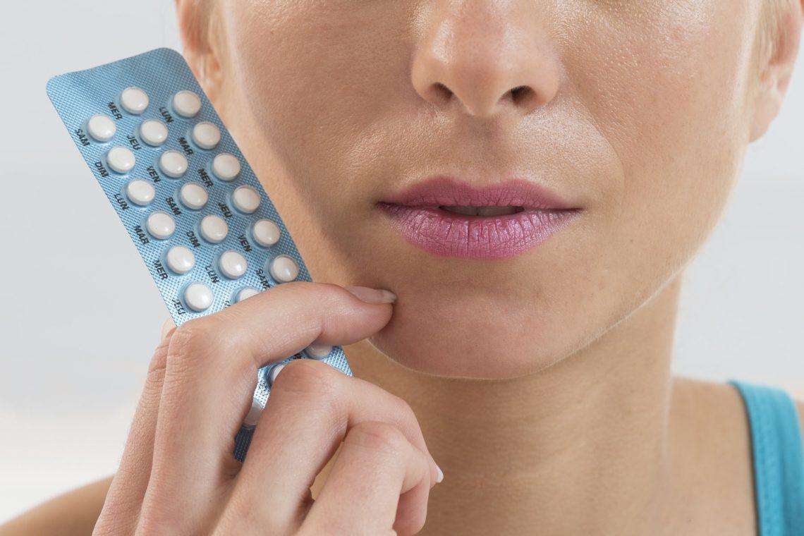 kobieta trzymająca tabletki