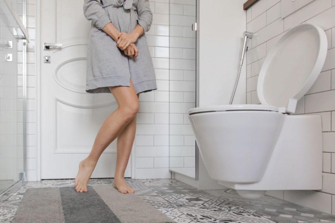 Kobieta stoi w toalecie