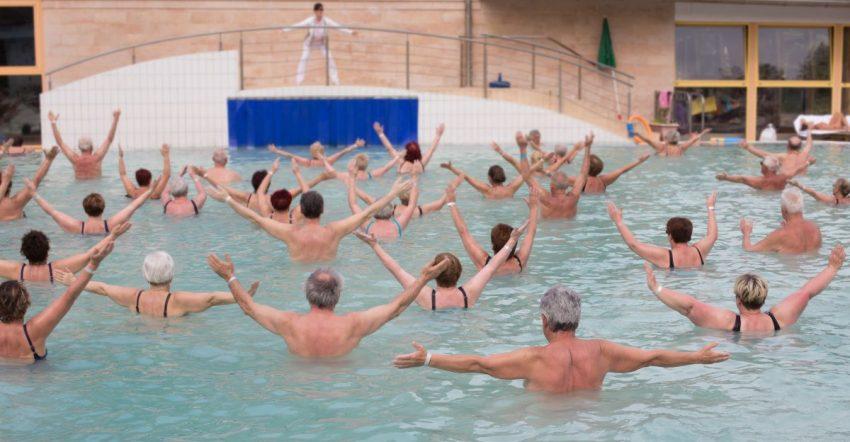 Starsi ludzie ćwiczą w basenie