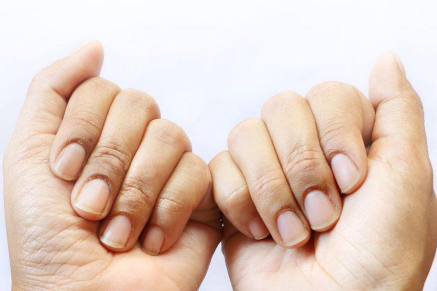 Dwie kobiece dłonie z paznokciami