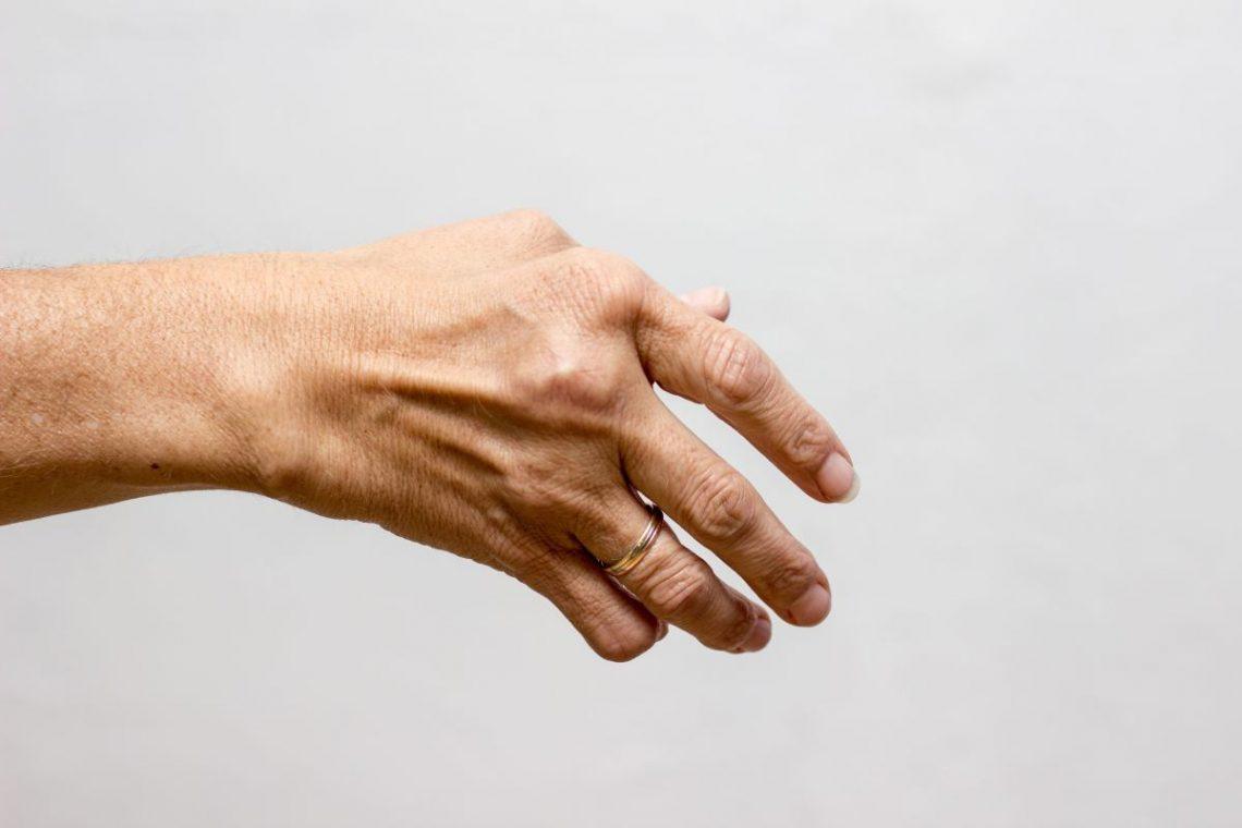 Wykrzywione dłonie starszej kobiety