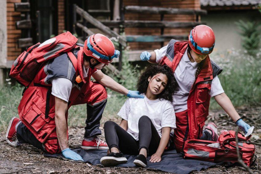 Ratownicy medyczni udzielają pomocy kobiecie