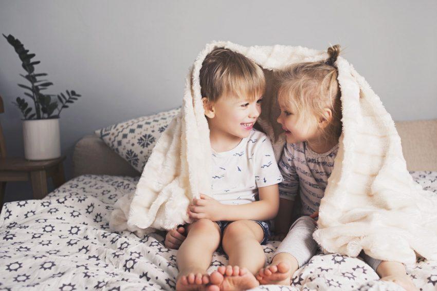 dzieci na łóżku