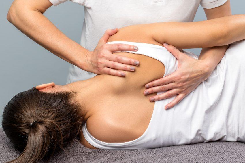 kobieta podczas terapii na plecy