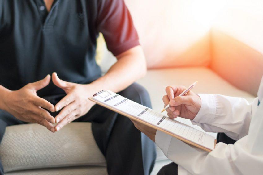 mężczyzna na konsultacji z lekarzem