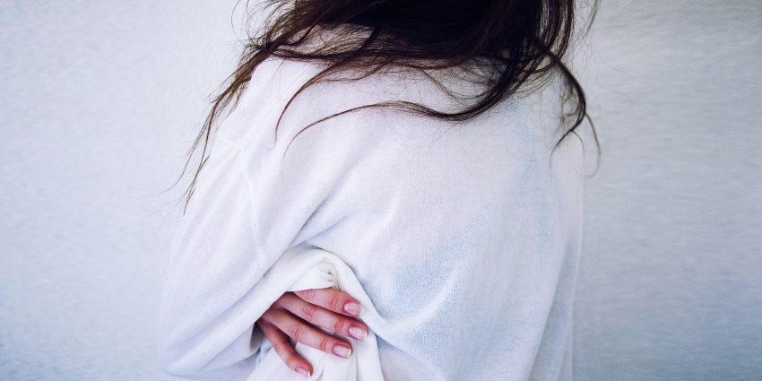 kobieta z bólem żeber