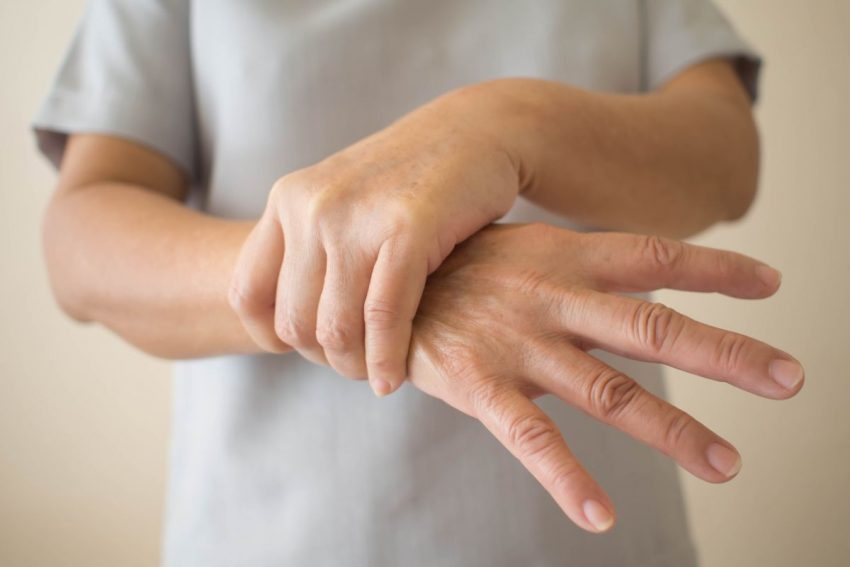 kobieta trzyma za nadgarstek