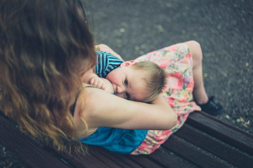 Karmienie piersią w miejscach publicznych - rośnie społeczna akceptacja