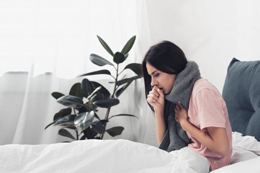 Dziewczyna z bólem gardła
