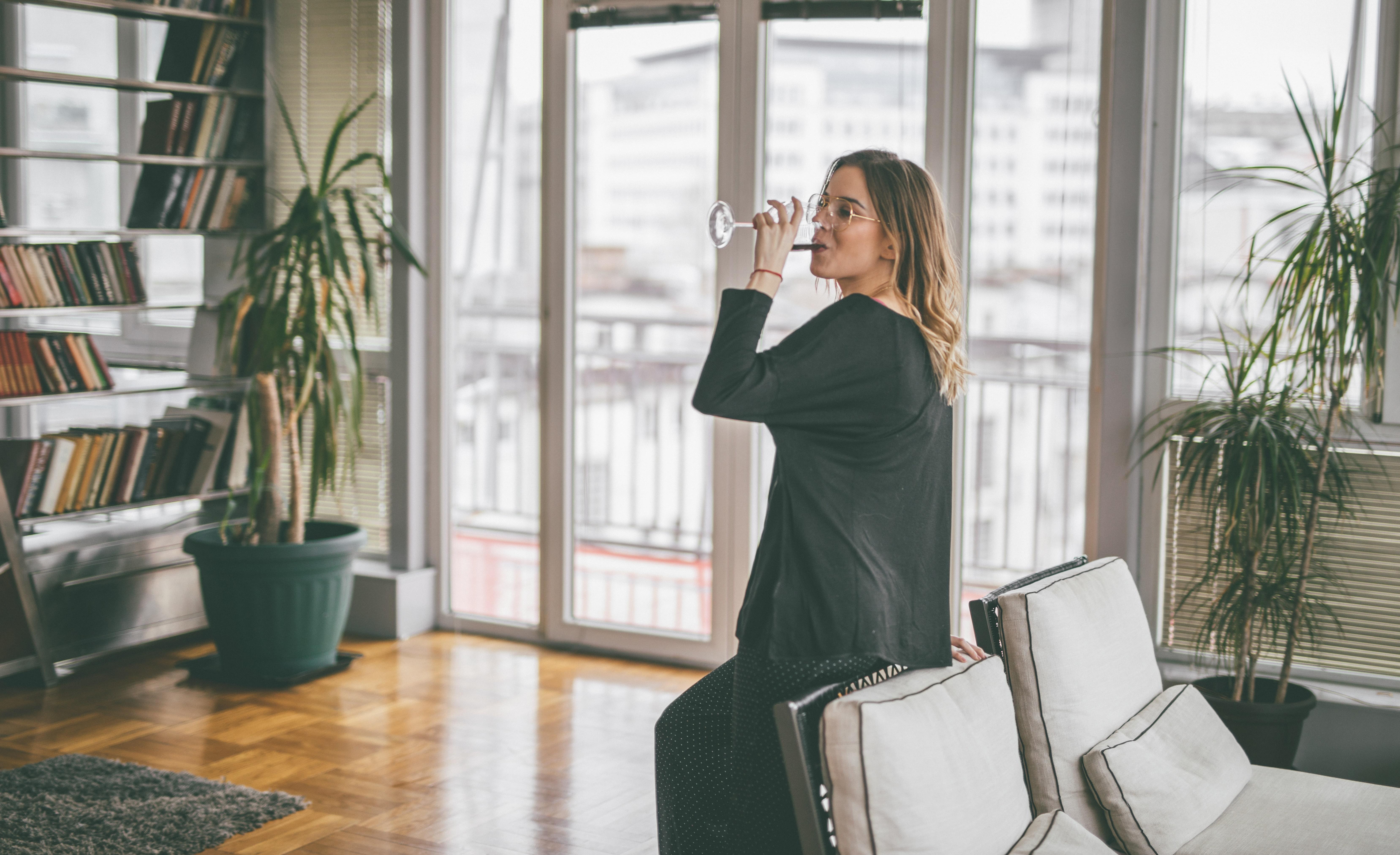 Kobieta popijająca winko