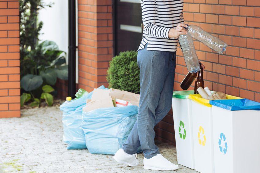 dziewczyna segreguje śmieci