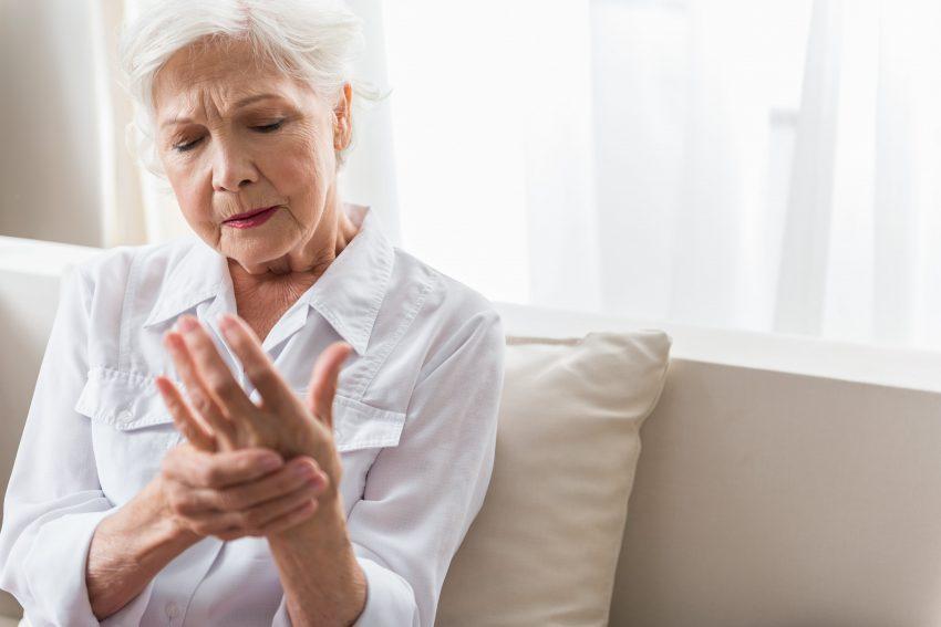 starsza kobieta z bólem stawów