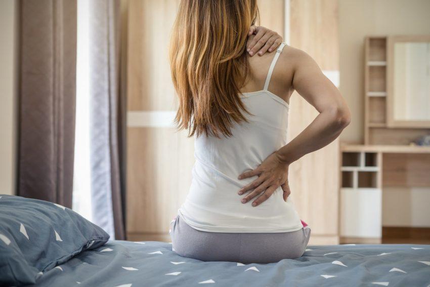 kobieta, którą bolą plecy