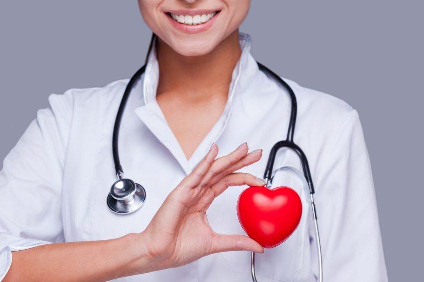 Lekarka ze stetoskopem trzyma w ręce maleńkie serduszko