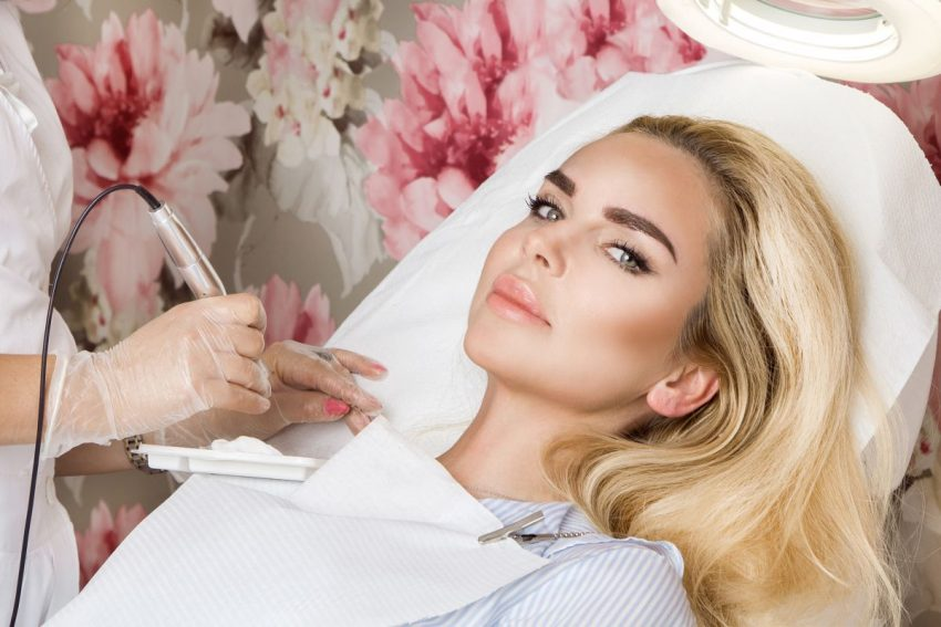 Kobieta leży w salonie kosmetycznym
