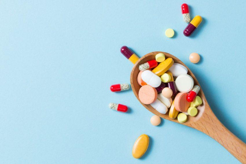 Tabletki na drewnianej dużej łyżce